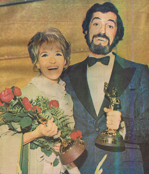 Yvan Ducharme gagnant trophée monsieur télévision en 1972 au gala méritas les berger artiste Janine Suto